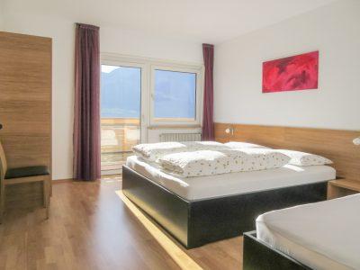 Dreibettzimmer der Wohnung Talblick
